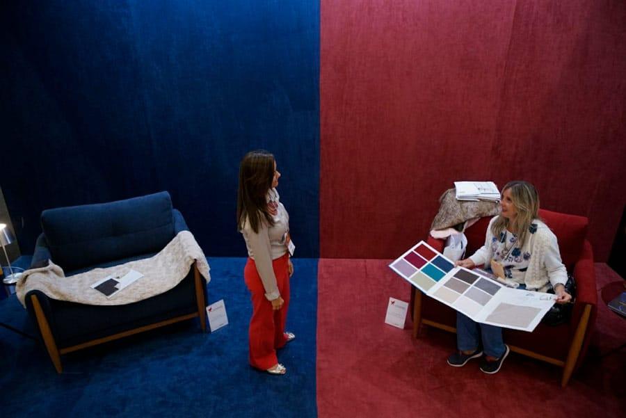 Ambientação com poltronas Otto Jowanel e tecidos Promex Decor com tecnologia AquaClean Mônaco e Terracota